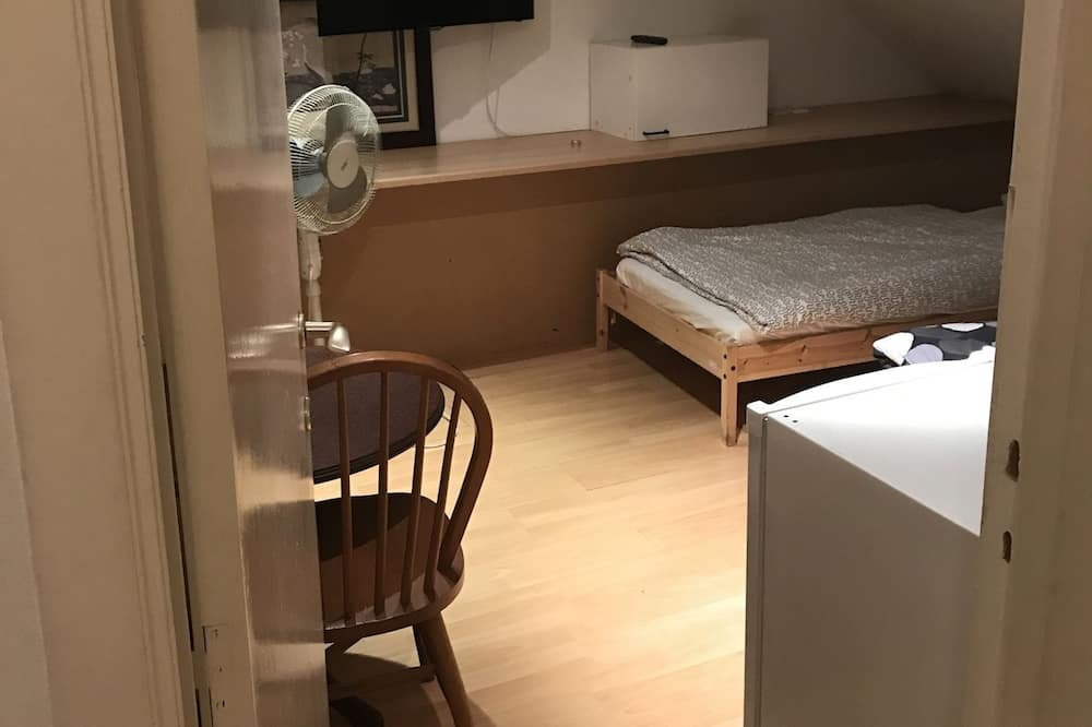 Apartment (F) - Room