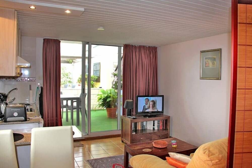 อพาร์ทเมนท์โรแมนติก, เตียงเดี่ยว 2 เตียง, วิวสระว่ายน้ำ - พื้นที่นั่งเล่น