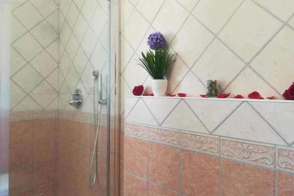 Deluxe Triple Room - Bathroom Shower