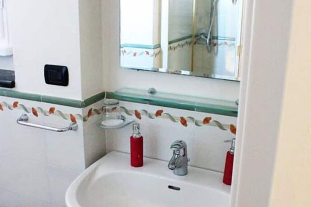 Double Room, 1 Queen Bed, Private Bathroom - Bathroom