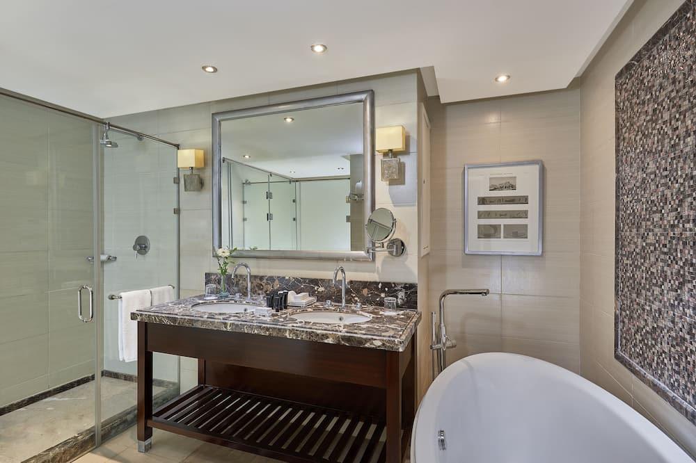 Deluxe Room (Museum View) - Bathroom