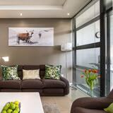 Premier Apartment, 2 Bedrooms - Living Room