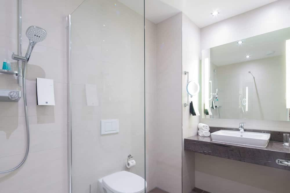 غرفة عادية - عدة أسرّة (Converts to 2 Twin Beds;with Sofabed) - حمّام