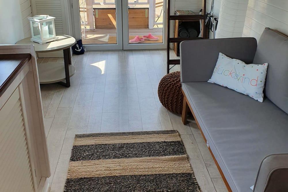 Kilnojamasis namelis su patogumais, virtuvė, vaizdas į sodą (Tiny House, incl. cleaning fee 50 EUR) - Svetainės zona