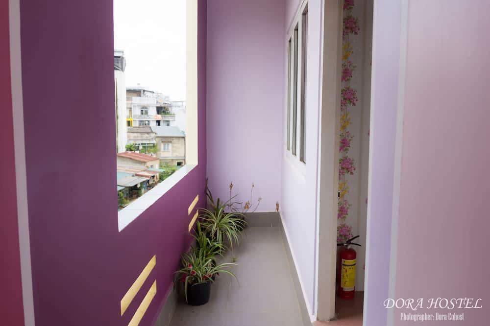Загальне спальне приміщення, тільки для жінок - Вид з балкона
