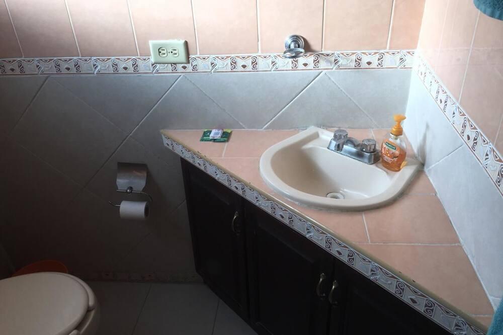 Rodinný apartmán, viacero postelí - Kúpeľňa