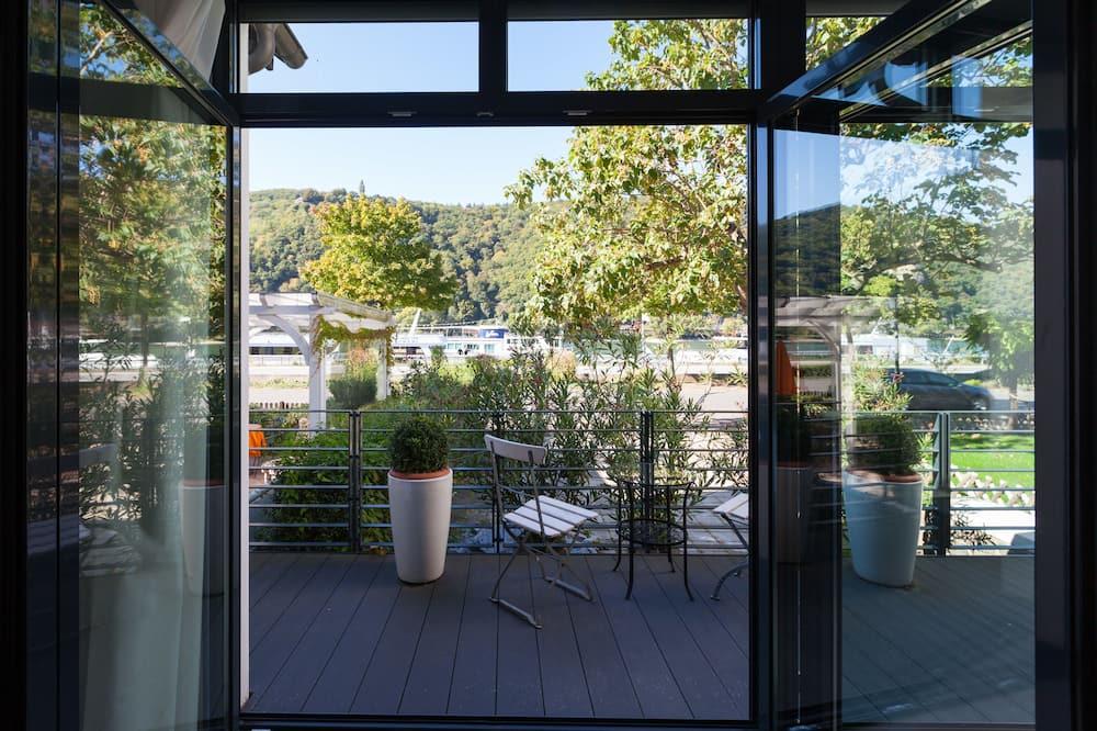 Luksusa numurs, skats uz upi - Balkons
