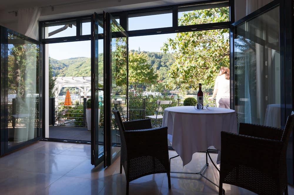 Luksusa numurs, skats uz upi - Dzīvojamā istaba