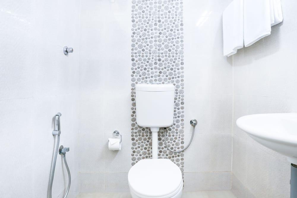 Basic Room, 1 Queen Bed - Bathroom