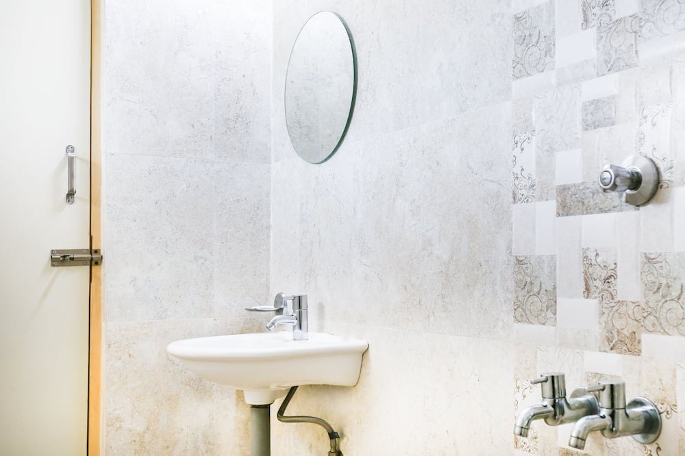 Premium Room, 1 King Bed - Bathroom