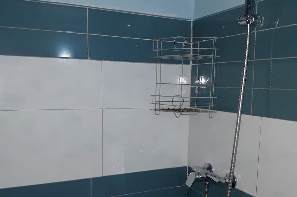 Standardzimmer, Mehrere Betten - Badezimmer
