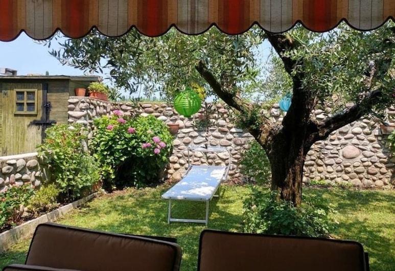 Charming 3 Bedroom Villa in Calmasino, Bardolino, Villa, Multiple Beds, Property Grounds