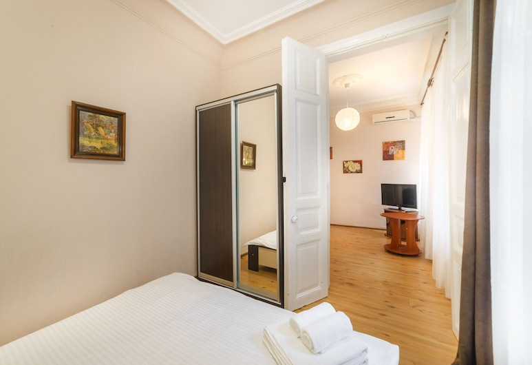 LeonRooms Ekaterinenskaya 18, Odessa, Family Apartment, 1 Queen Bed with Sofa bed, Room