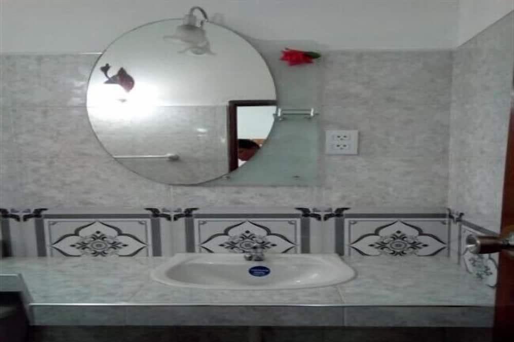 Basic Room, Multiple Beds - Bathroom