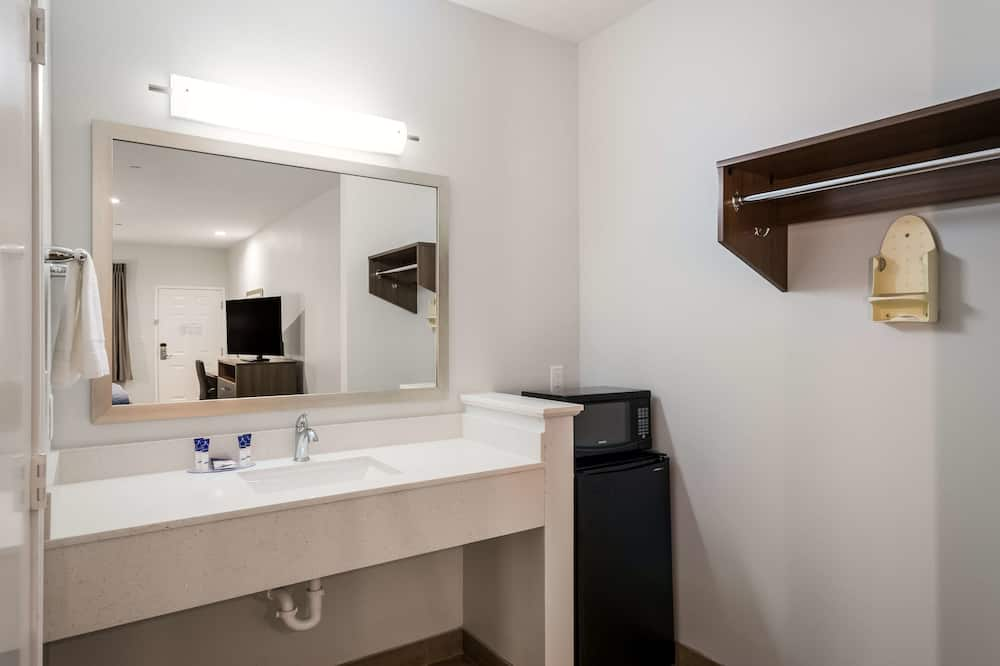 Deluxe Room, 2 Queen Beds, Accessible, Non Smoking - Bathroom
