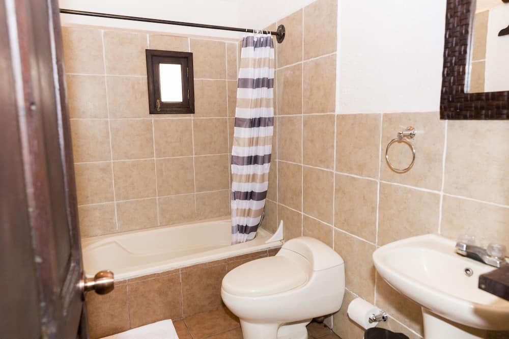Liukso klasės numeris, 1 didelė dvigulė lova, Nerūkantiesiems, vaizdas į kiemą - Vonios kambarys