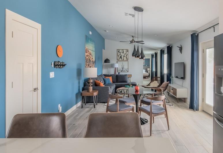 Beautiful 4BR Home w Yard by WanderJaunt, Phoenix, House, Bilik