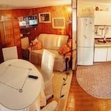 בית, מיטה זוגית וספה נפתחת - אזור מגורים