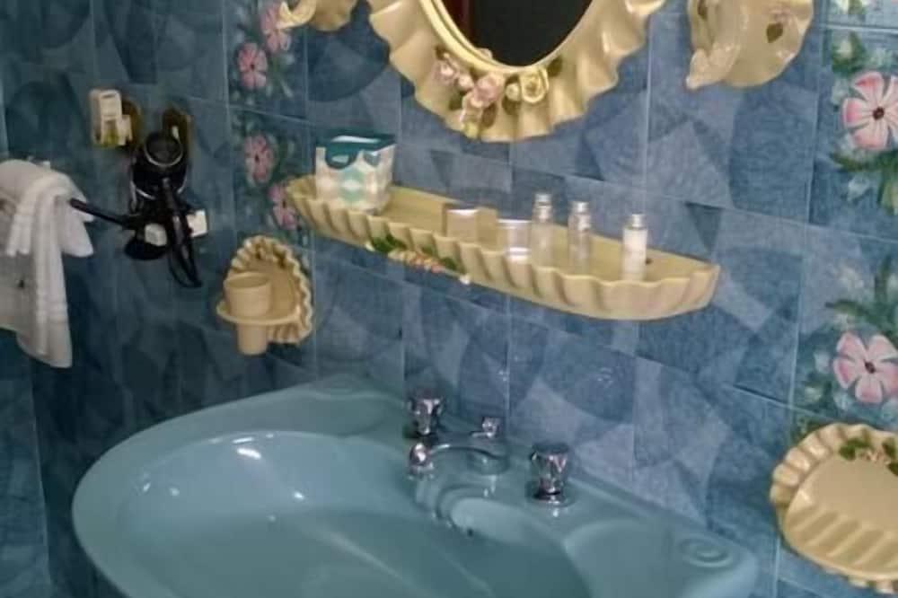 Double Room, Shared Bathroom - Bilik mandi