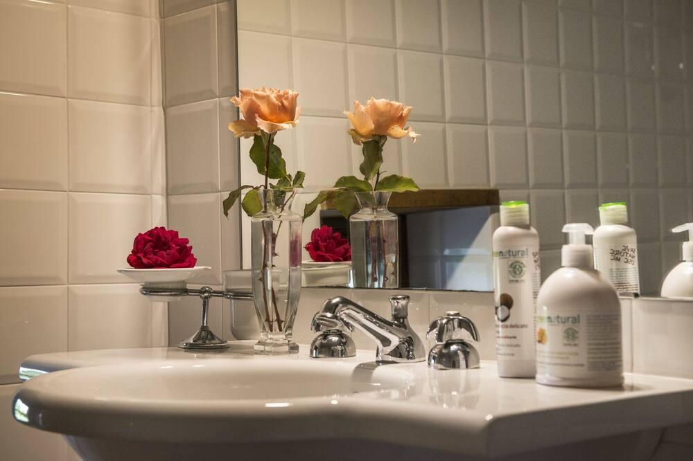 Standard Triple Room, Ground Floor (Camera del Piano) - Bathroom Sink
