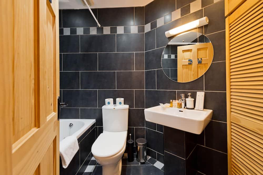 Family Duplex, Multiple Beds - Bathroom
