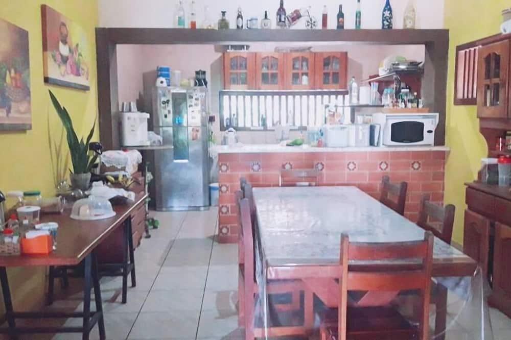 Kolmen hengen huone, 3 yhden hengen sänkyä - Jaettu keittiö