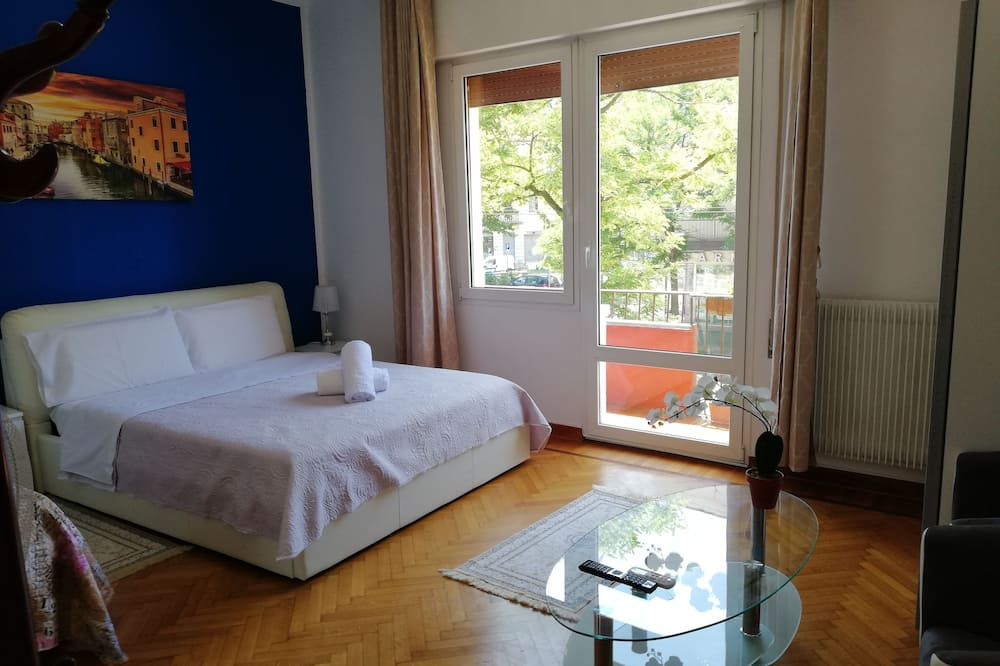 Romantic Double Room, 1 Queen Bed, Shared Bathroom - Guest Room