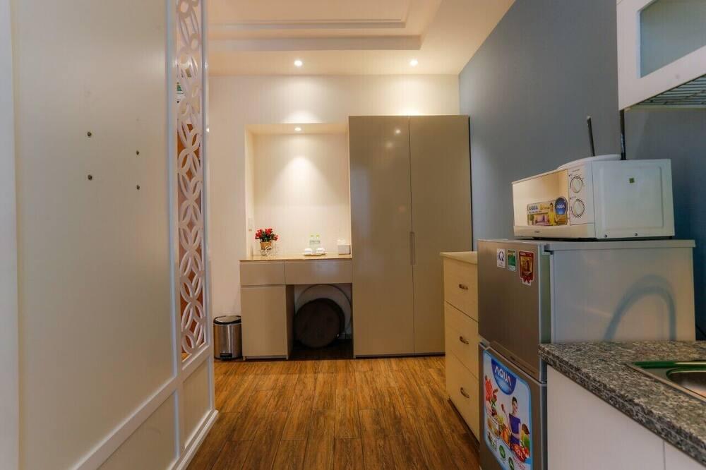 Pagerinto tipo apartamentai, 1 labai didelė dvigulė lova, virtuvėlė, vaizdas į miestą - Svetainės zona