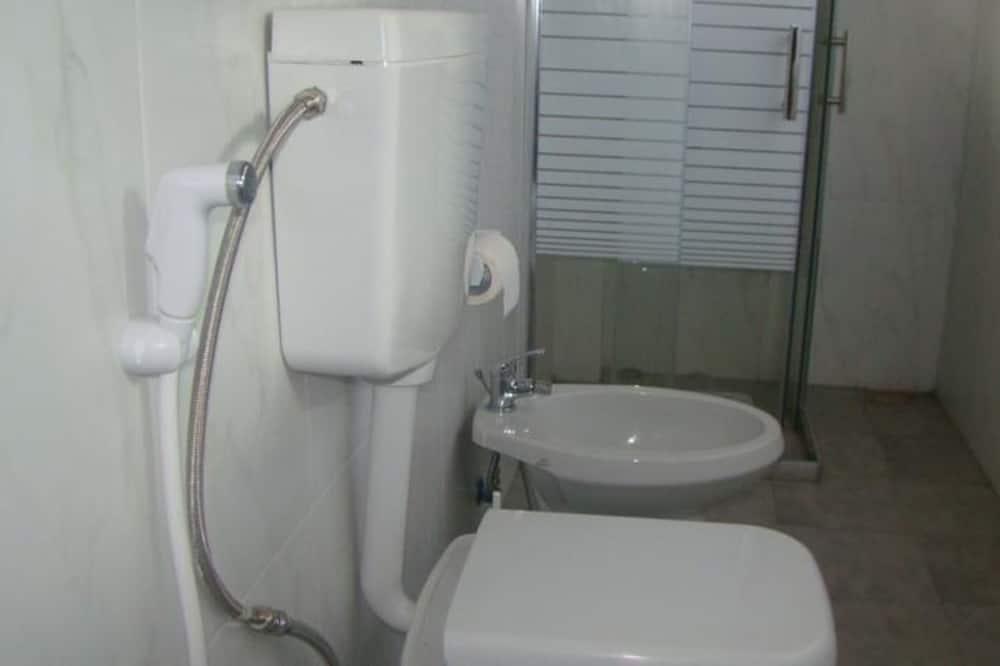 Basic-dobbeltværelse - flere senge - bjergudsigt - Badeværelse