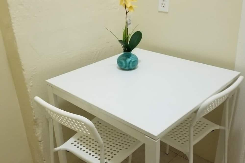 Familienstudio - Essbereich im Zimmer