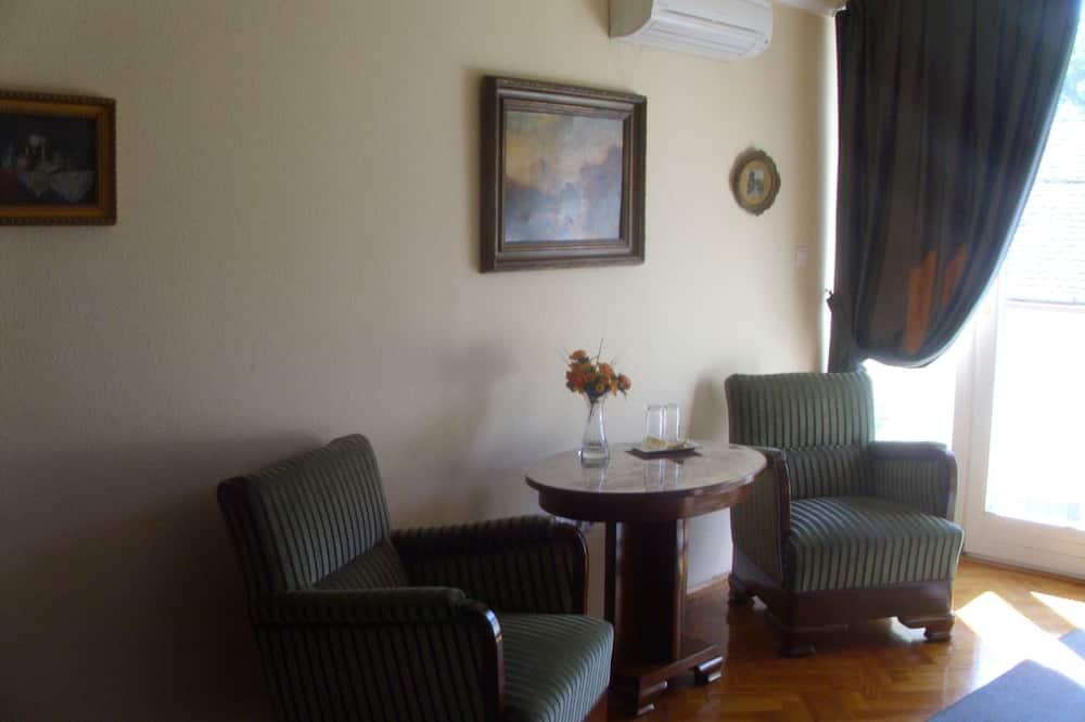 Deluxe dvokrevetna soba, balkon - Dnevni boravak