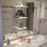 Family Suite, 2 Bedrooms, Private Bathroom - Bathroom Sink