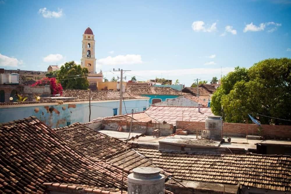 Standaard driepersoonskamer, Meerdere bedden, uitzicht op tuin - Uitzicht op stad