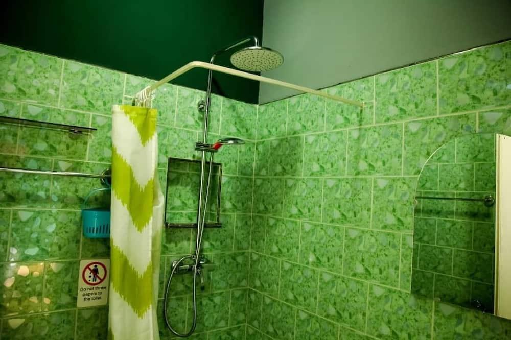 Standaard driepersoonskamer, Meerdere bedden, uitzicht op tuin - Badkamer
