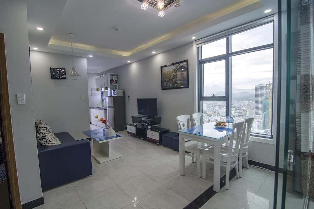 Apartment, 2 Bedrooms, Partial Sea View - Living Area