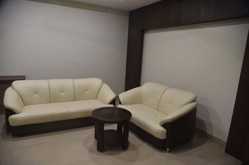 Deluxe Room, 1 Queen Bed, City View - Living Room