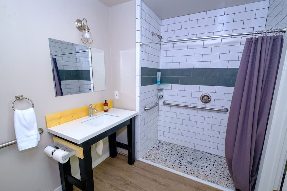 Basic Room, 1 King Bed, Accessible, Garden View - Bathroom
