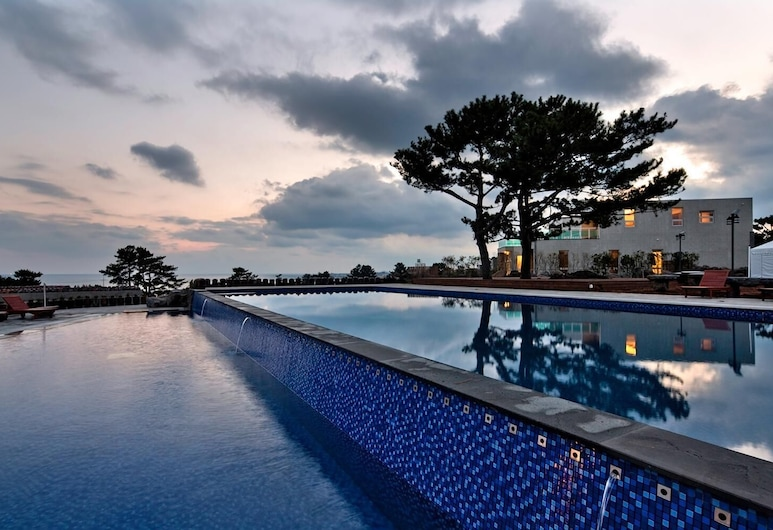 Poolvilla at Aewol, Jeju City, Alberca