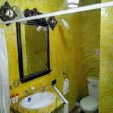 Designový pokoj s dvojlůžkem, více lůžek, výhled na město - Koupelna