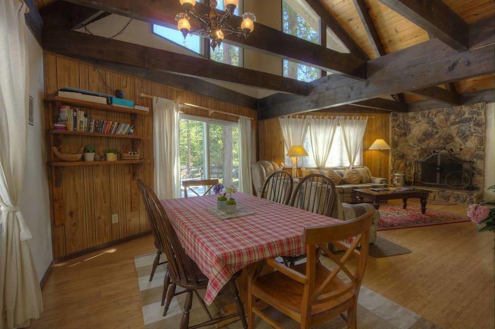 Cabane, plusieurs lits, cheminée - Restauration dans la chambre