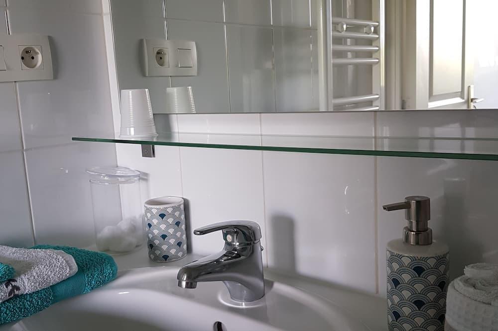 Zweibettzimmer - Waschbecken im Bad