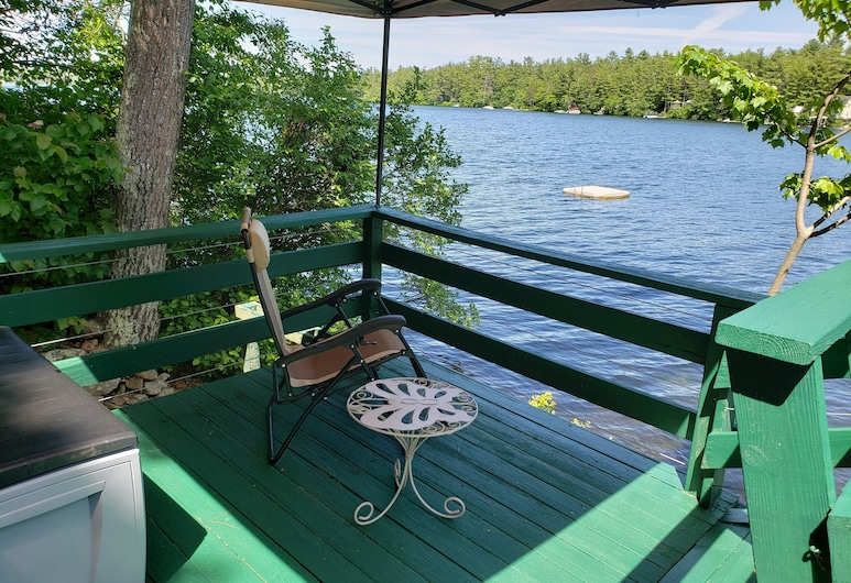 Waterfront Lakehouse Cottage: Private Dock, Deck, Kayak, Boat, Swim, Fish, Relax, Deerfield, Balcony