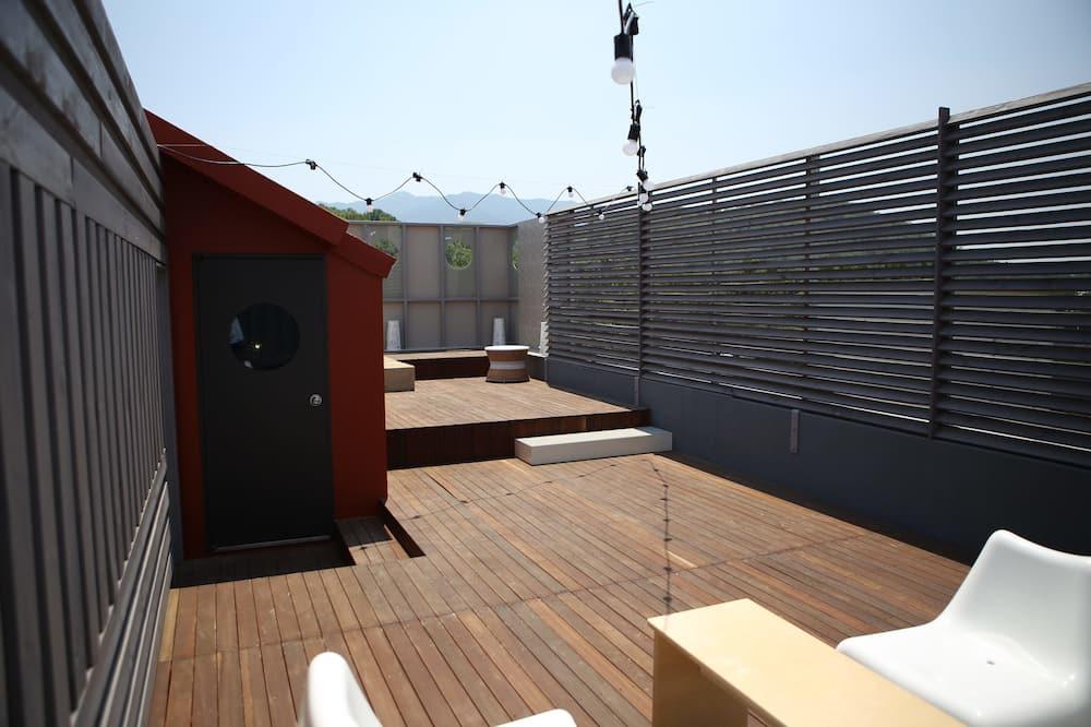 Apartmán, výhľad na park, vo veži (Pool - Open in end of June) - Terasa