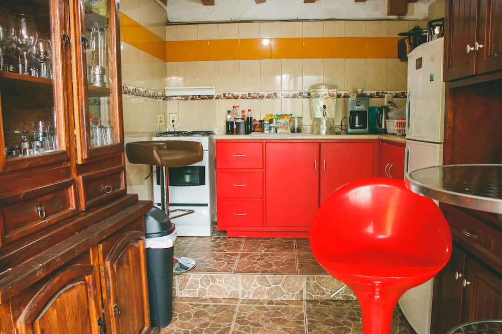 Szoba kétszemélyes ággyal, 1 kétszemélyes ágy, nemdohányzó - Közös használatú konyha