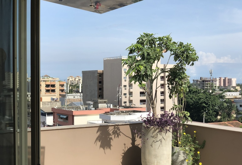Roots Hotel Apartments, Abidjan, Penthouse, 1 King Bed, Balcony
