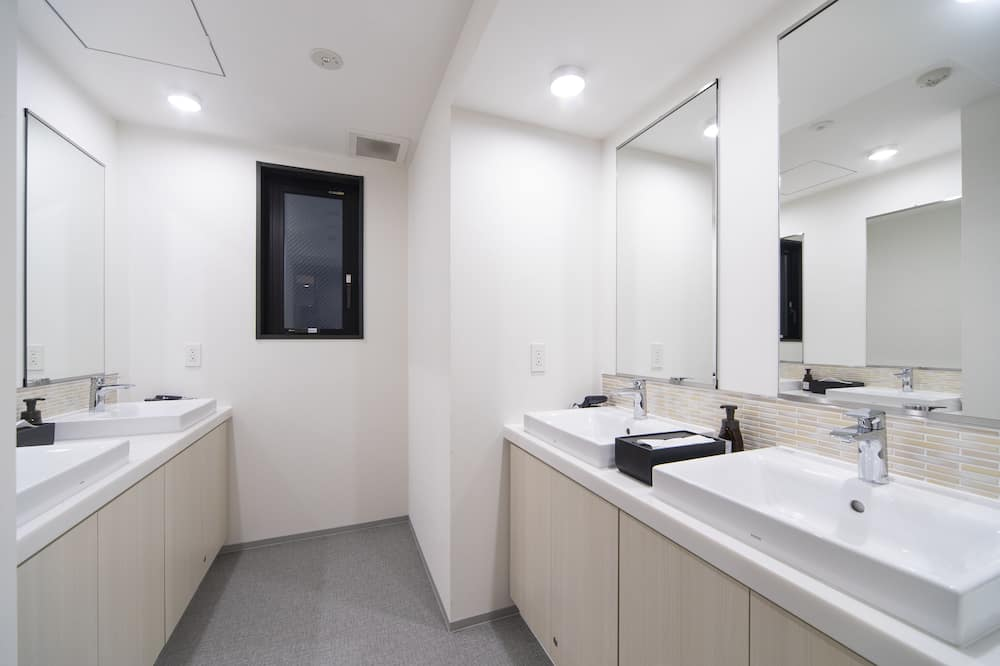 Family Room, Non Smoking, Shared Bathroom, For 5 Guests - Bathroom