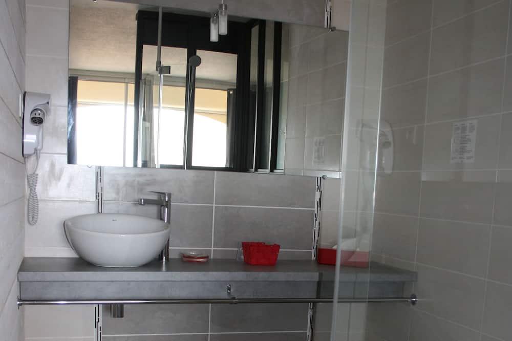 Standard Tek Büyük Yataklı Oda, Avlu Manzaralı - Banyo