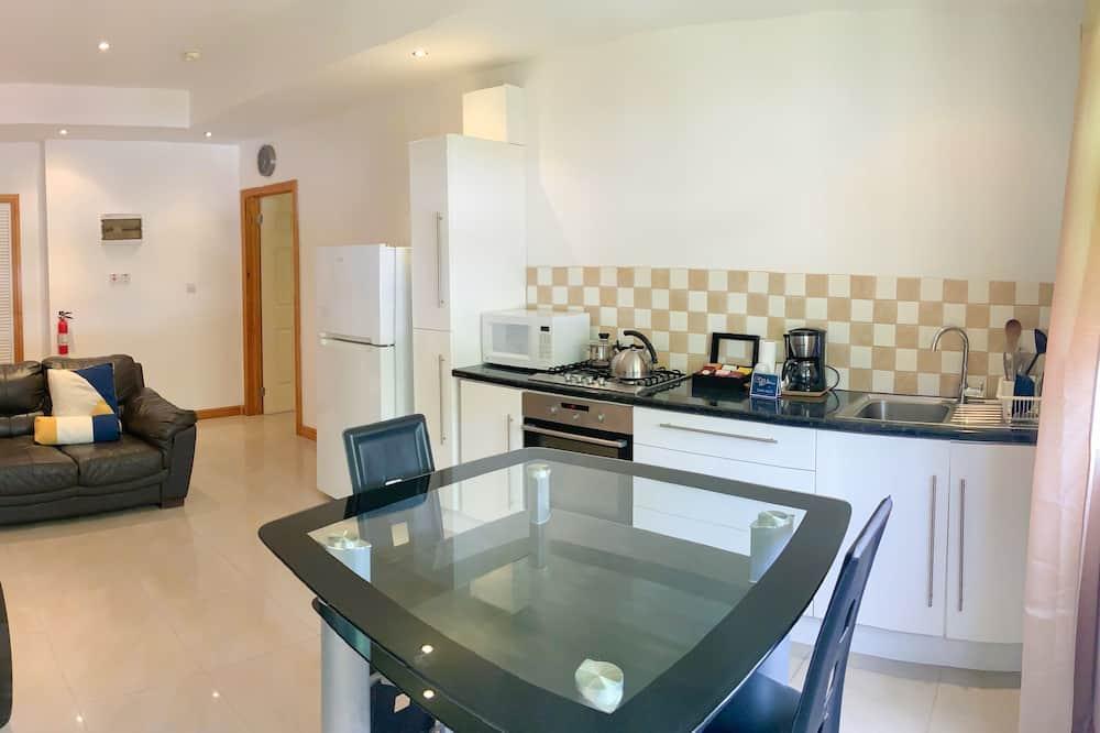 Apartmán typu Junior, 1 veľké dvojlôžko, výhľad na mesto - Stravovanie v izbe
