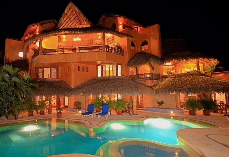 Villa Carolina Boutique Hotel, Zihuatanejo, A szálláshely homlokzata – este