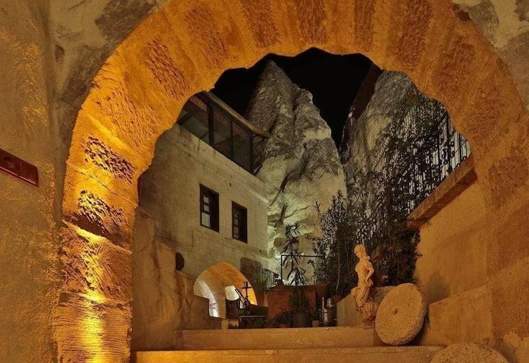 Aura Cave Suits, Nevsehir, Fachada del hotel de noche
